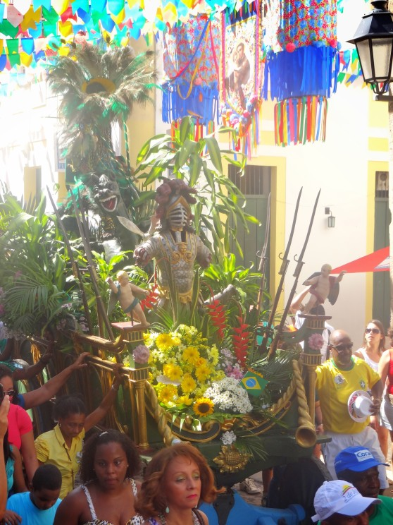 A float representing the characters involved in independence.  On top of the float is the indigenous, Brazilian, European racially-mixed figure of the Caboclo, which symbolizes Independence.